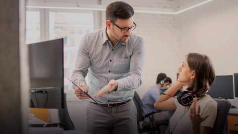 Sztuka radzenia sobie z kryzysem w zespole pracowniczym - zarządzanie konfliktem i trudne sytuacje w pracy